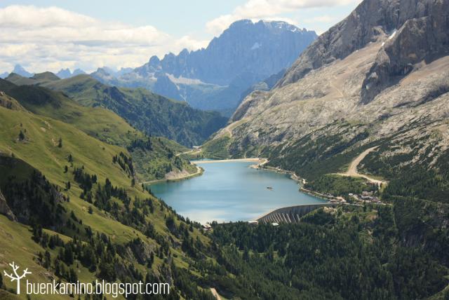 Lago Fedaia en los Alpes Dolomitas Italia