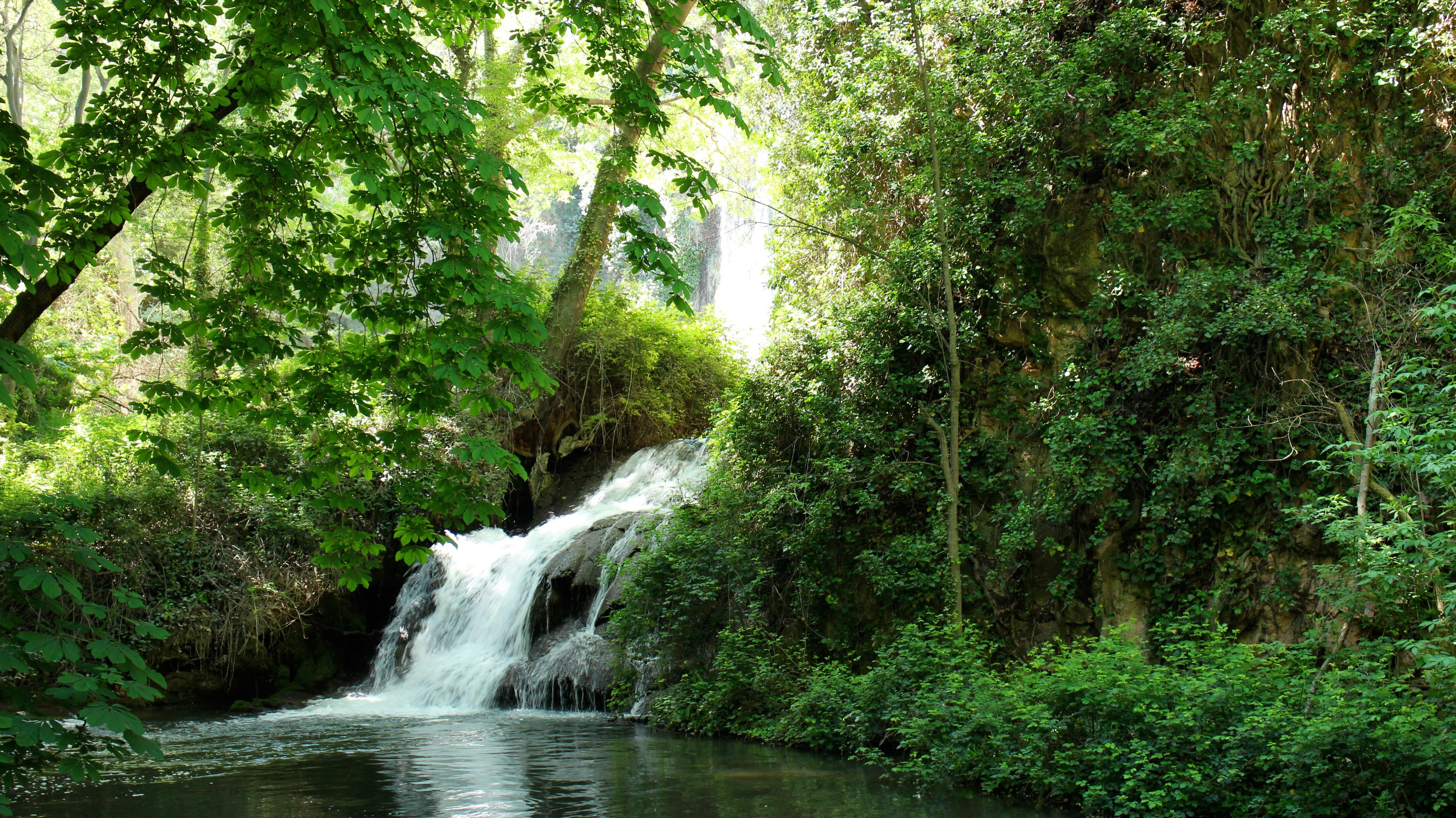 Ruta por el fascinante parque natural del monasterio de for Estanques con cascadas de piedra